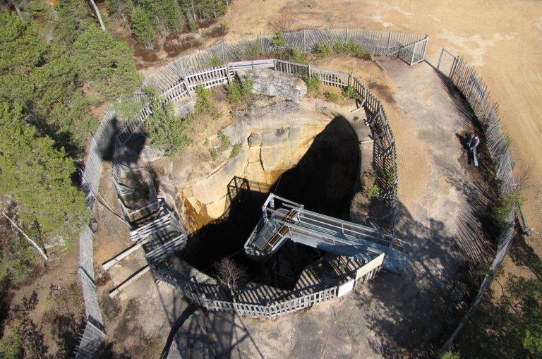 Ilmakuvassa Pirunpesänä tunnettu paikka on pyöreä ja syvä reikä kallionlaella.