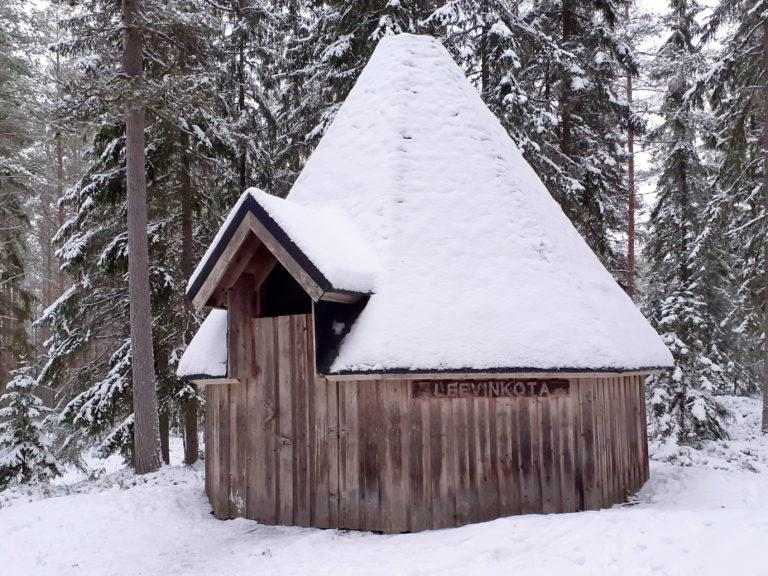 Talvisessa kuvassa Leevin kota kuvattu etuviistoon, ympärillä olevilla kuusilla on lunta.