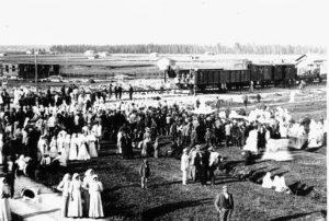 Vanha kuva, jossa paljon ihmisiä rautatien avajaisissa Kainastolla.
