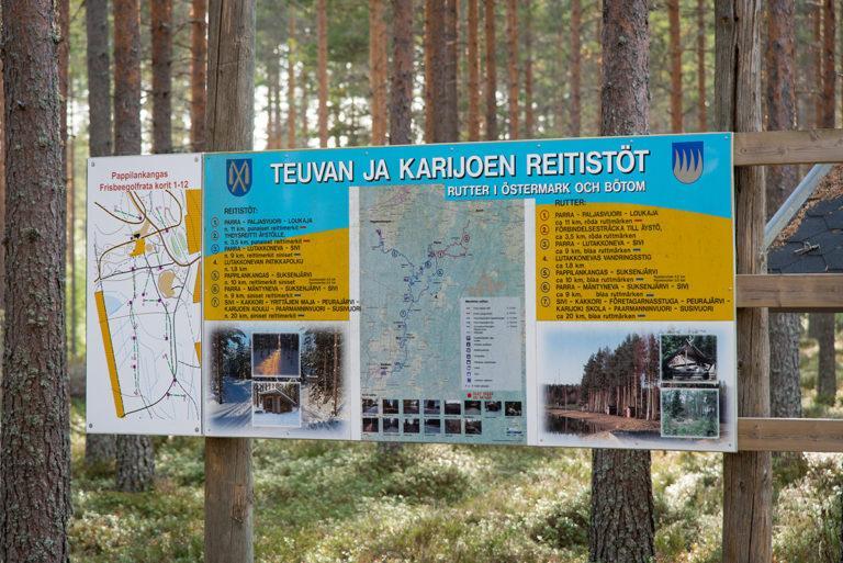 Muinaisvuorten reitistön kartta, jossa maininnat Teuvan ja Karijoen eri kohteista. Kartassa näkyy mm. Teuvan ja Karijoen kuntien vaakunat, reittikartta maastossa sekä kuvia kohteista.