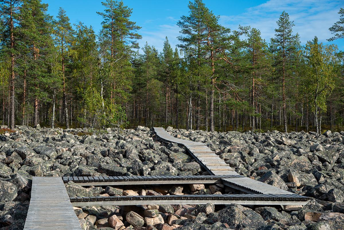 Kivijadan voi ylittää vain sille määrättyssa paikassa puista polkua pitkin.