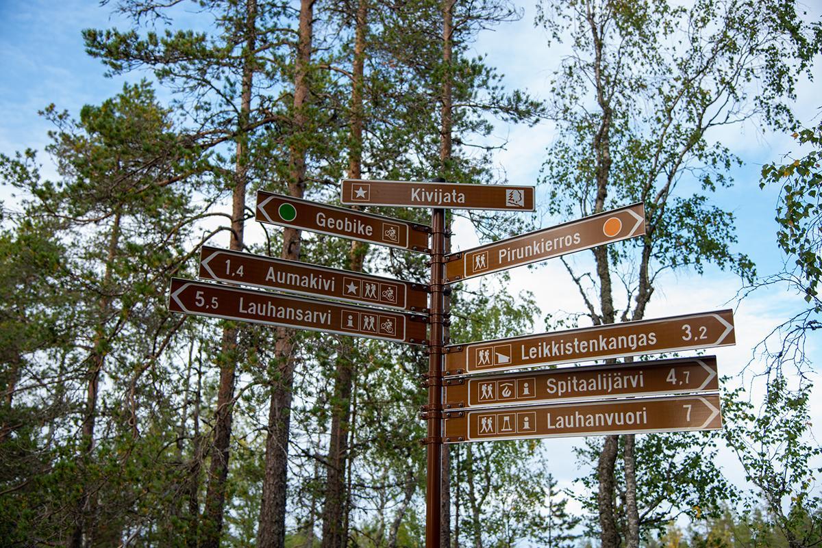 Pirunkierroksen kyltti, josta näkee mm. että matkaa Lauhansarveen on 5,5 km ja Spitaalijärvi on 4,7 km päässä.