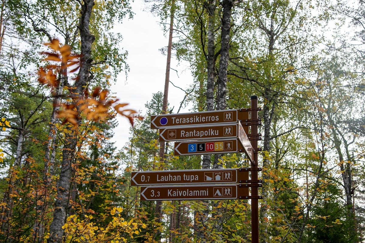 Näkötornin viitoitukset osoittavat reittien suunat ja etäisyydet kohteisiin, mm Kaivolammi on 3,3 km päässä.