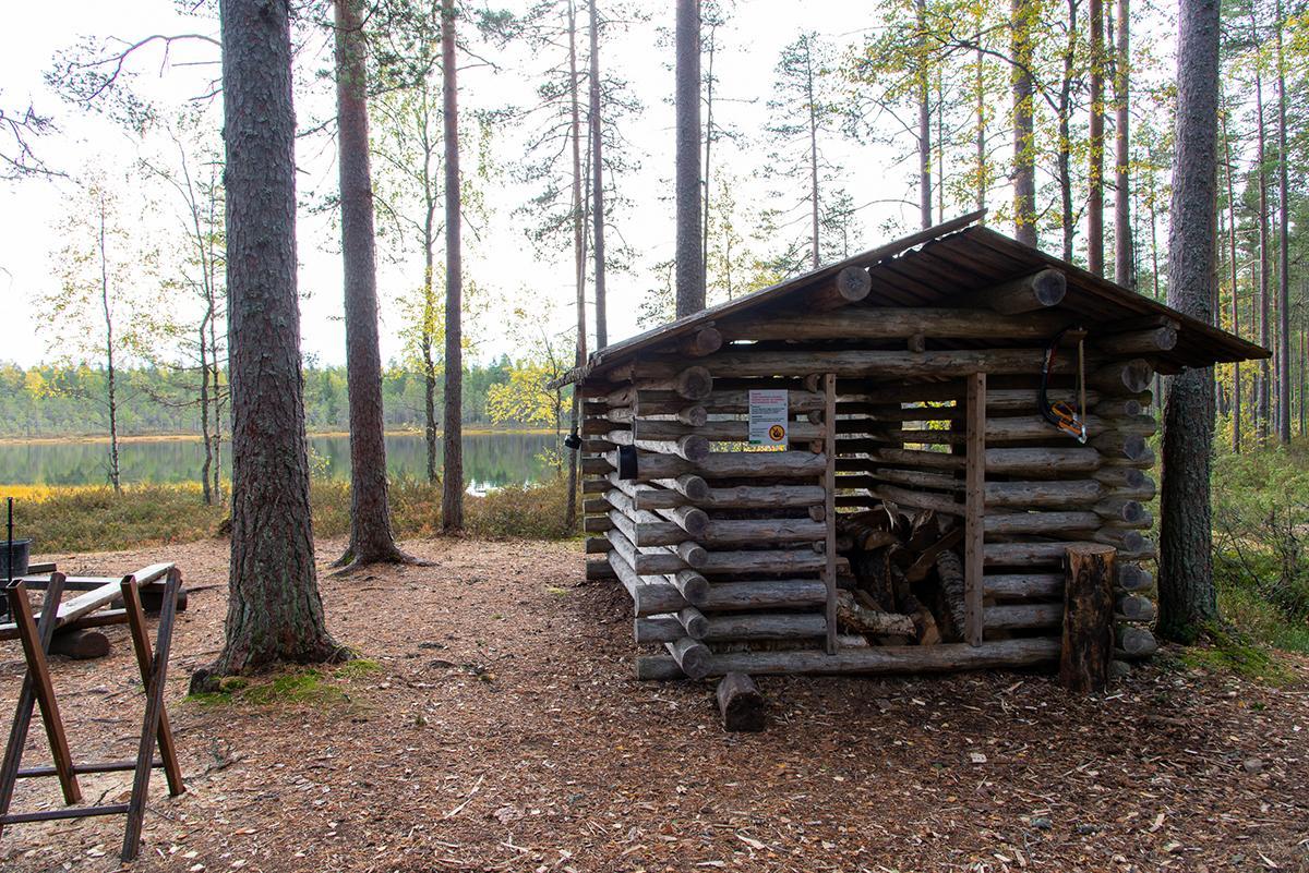 Kaivolammella sijaitsee hirsinen puuvarasto sekä tulipaikka.