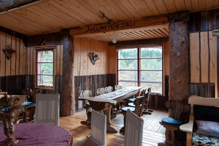 Julumetun salissa on lukuisia pöytäryhmiä, johon voi istahtaa.
