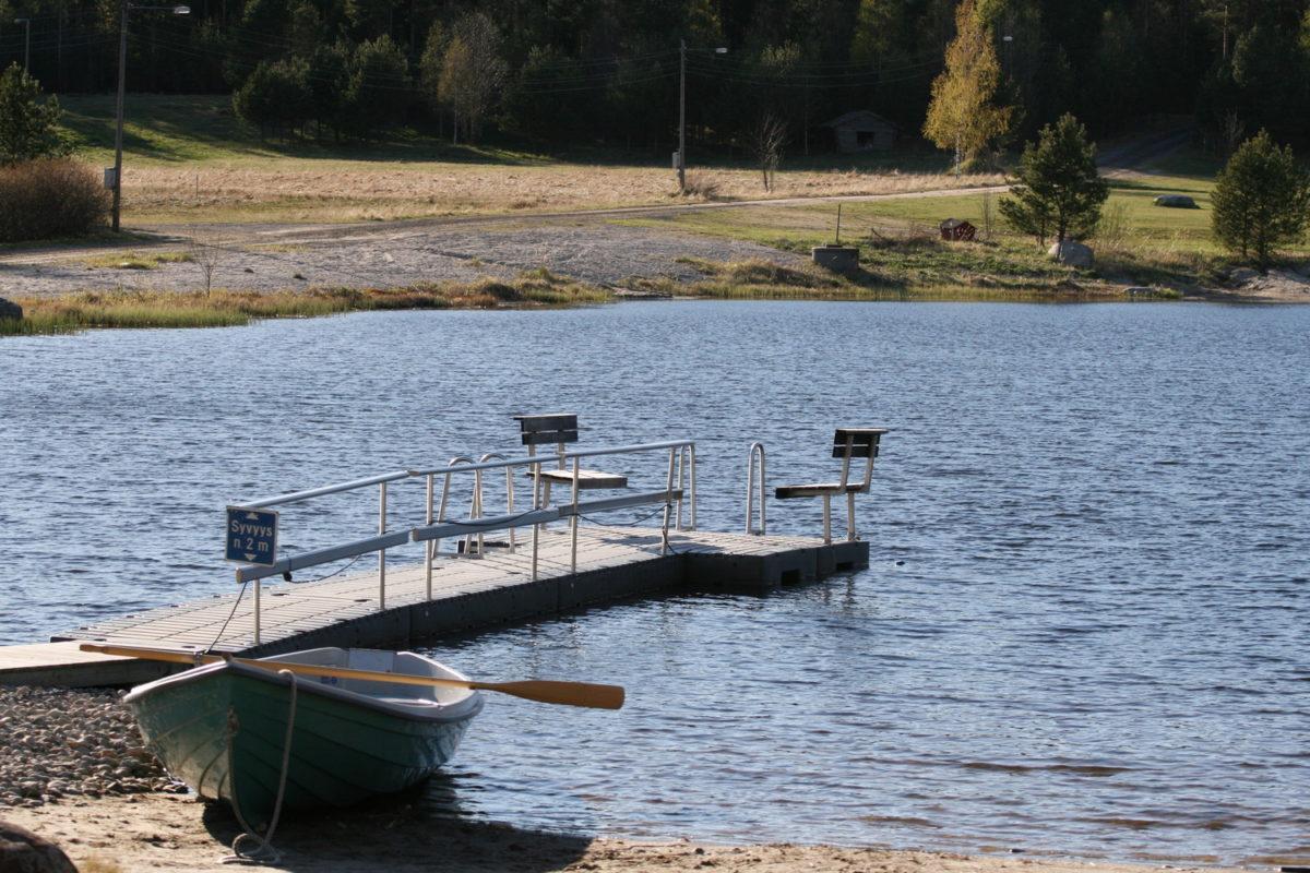 Parran uimalammen laituri ja pelastusvene.