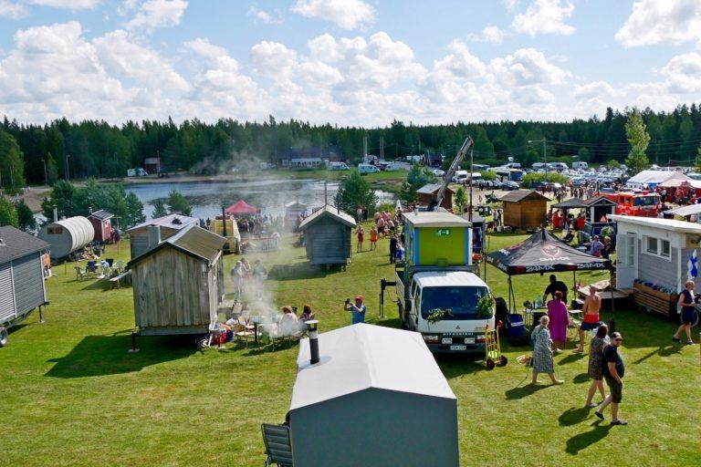 Kesätapahtuma Teuvan Parrassa, kuvassa useita siirrettäviä saunoja, ihmisiä, palo-auto.