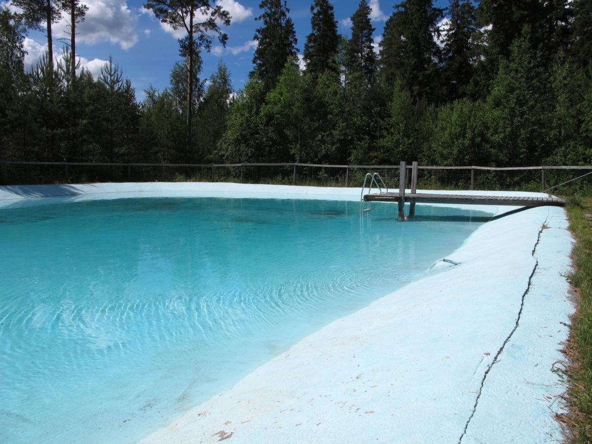 Pässilänmajan pihapiiriin on rakennettu pieni uima-allas. Kuvassa uima-allas sekä pieni laituri.