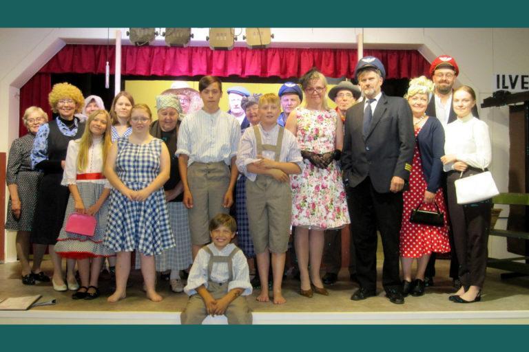 Kuvassa Ilvesjoen teatteriryhmä lavalla esiintymisasuissaan.