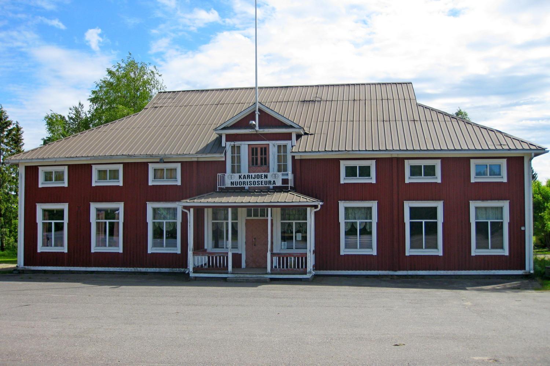Iso punainen kaksikerroksinen talo, suoraan edestä kuvattuna.