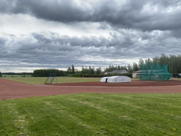 Karijoen urheilukenttä, jossa tiilenpunainen juoksurata.