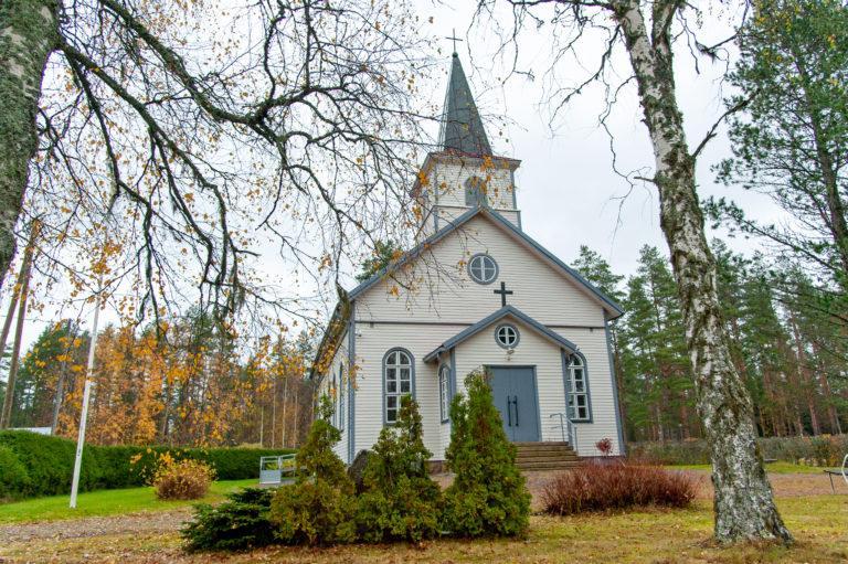 Puurakenteinen kirkko etuviistoon kuvattuna.
