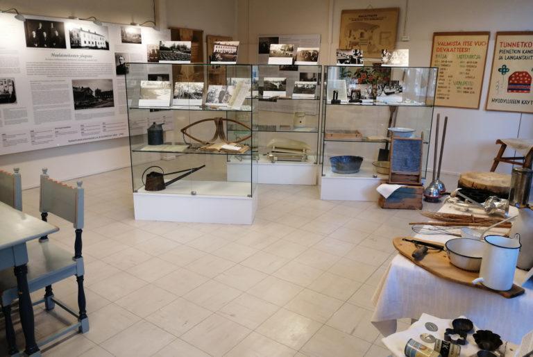Näyttely, jossa vanhoja esineitä.