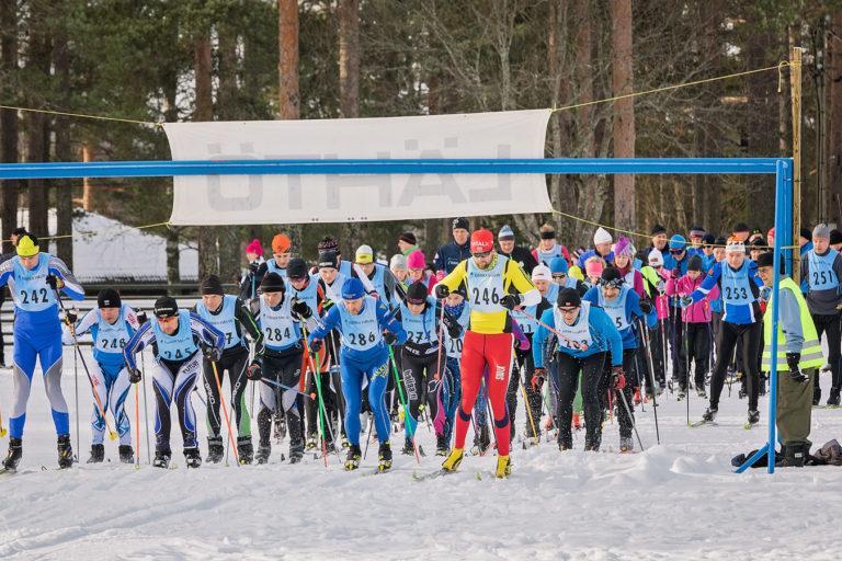 Lähtökuva Lauhan hiihtotapahtumasta, kuvassa iso joukko ihmisiä lähdössä hiihtämään.