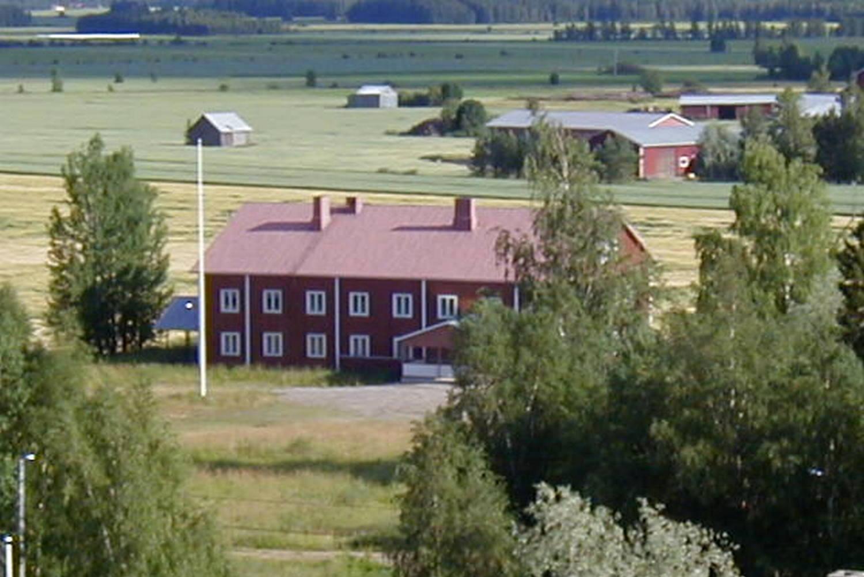 Ilmakuva niemenkylän nuorisotalosta Kurikassa. Kuvassa punainen puinen kaksikerroksinen rakennus.