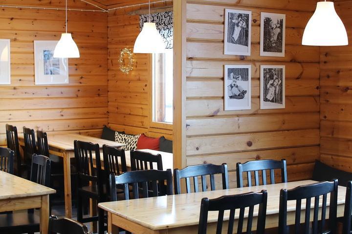 Parran Bistro hirsiseinät ja pöytiä ja tuoleja.