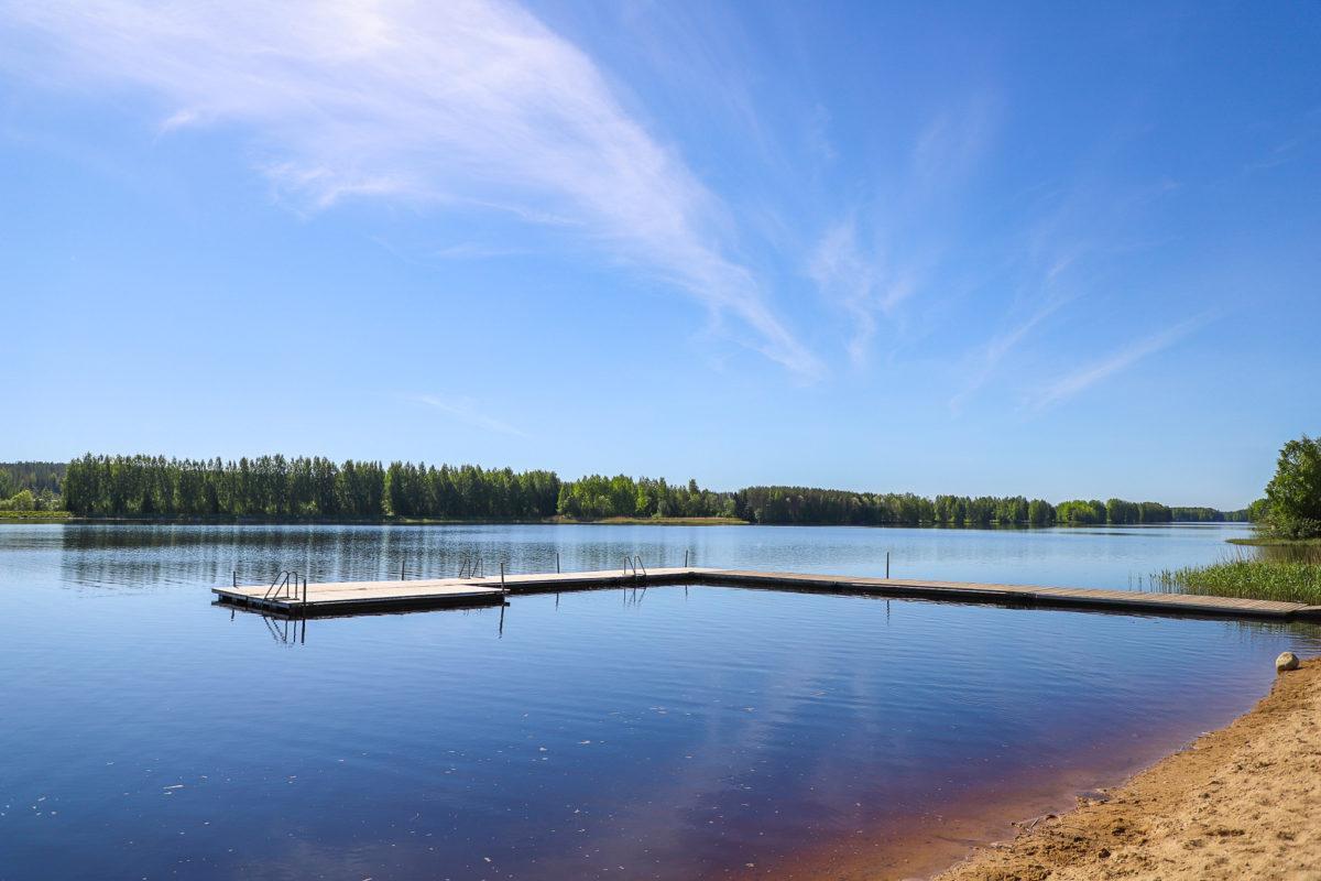 Kesäisessä kuvassa Pitkämön uimaranta ja siinä oleva l-muotoinen laituri.