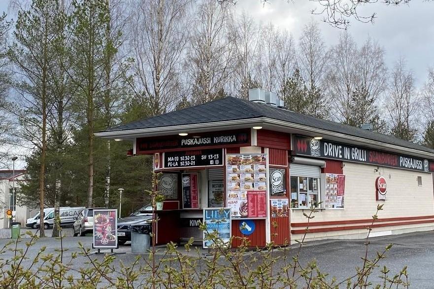 Kuva Puskajussin grillistä. Iso kyltti pihassa, jossa lukee Scan Burger.
