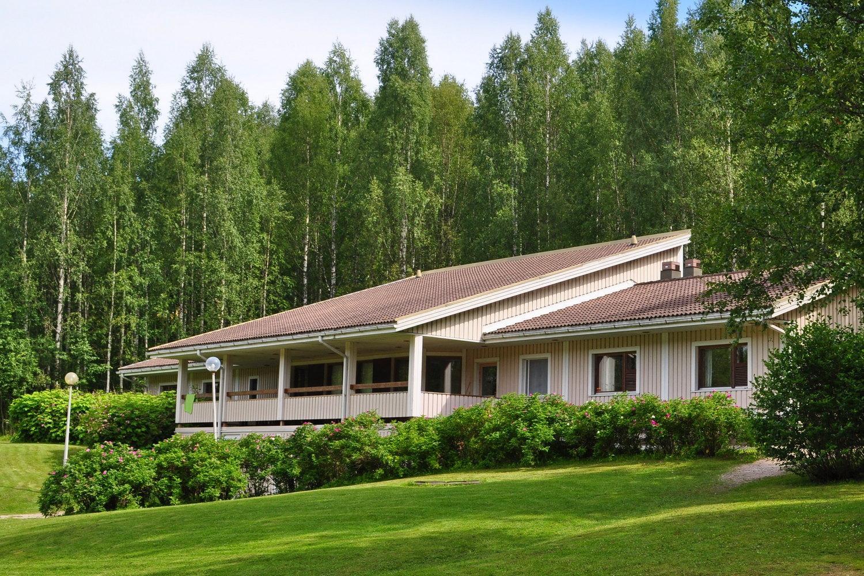 Kuva leirikeskuksen päärakennuksesta, kuvattu takapihalta päin.