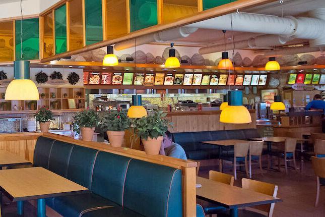 Kuva Teuvan ABC-kahvilaravintolan sisätiloista.