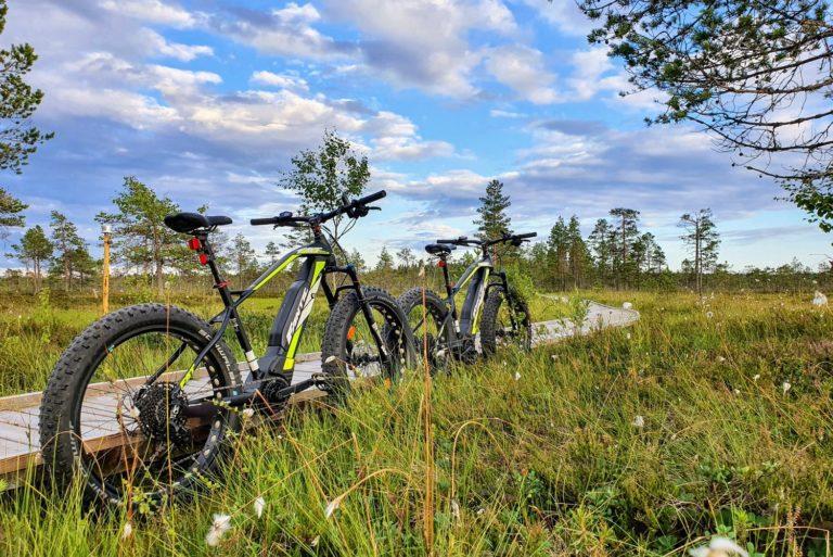 Kesäisessä kuvassa kaksi maastopyörää ja pitkospuut.