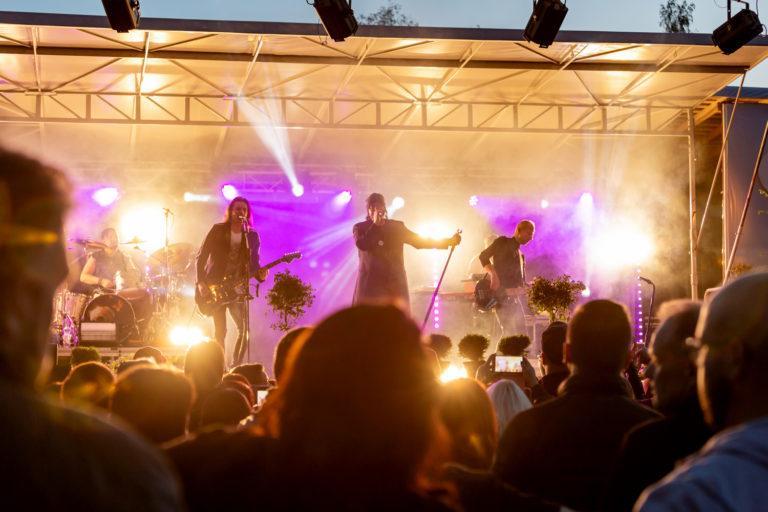 Kuva festivaaleilta, etualalla ihmisiä ja lavaalla esiintyjät.