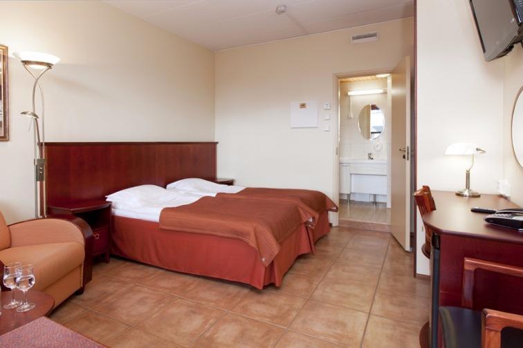 Kuva Hotelli Krouvin houneesta, tyypillinen kahden hengen huone.