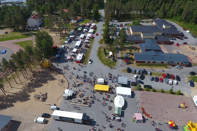 Ilmakuva Isojoen markkinatapahtumasta, kuvassa ihmisiä, telttoja ja rakennusten kattoja.