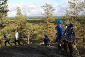 Lapsia temmeltämässä Kakkorin vuoren huipulla.