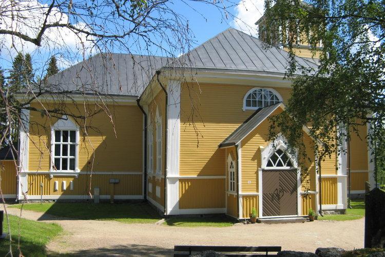 Karijoen kirkko on keltaiseksi maalattu puukirkko.
