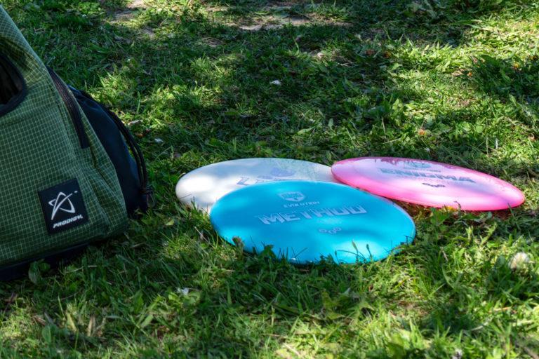Frisbeegolf kiekkoja kuvattuna vihreällä nurmikolla.