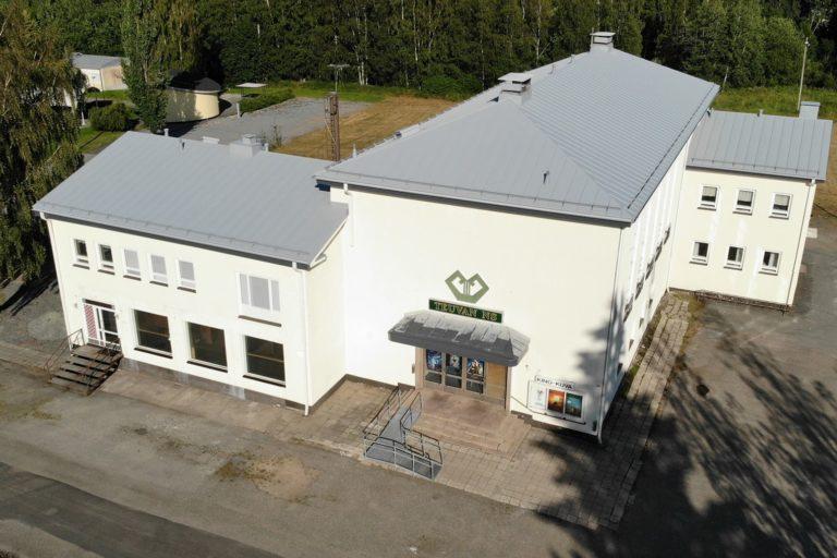 Ilmakuva TEuvan nuorisoseuran talosta, jossa elokuvateatteri toimii.