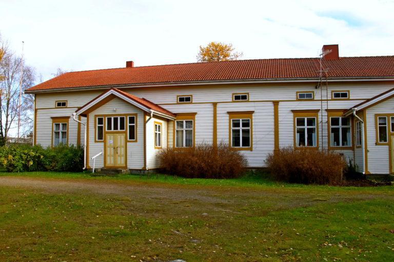 Vanha maalaisrakennus, kuvattuu etuviistoon.