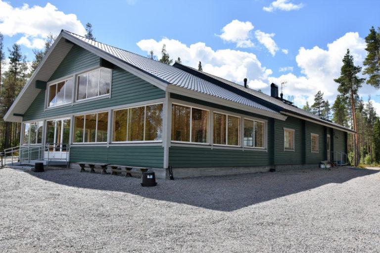 Sotkan Erähovin siniharmaa rakennus etuviistoon kuvattuna.