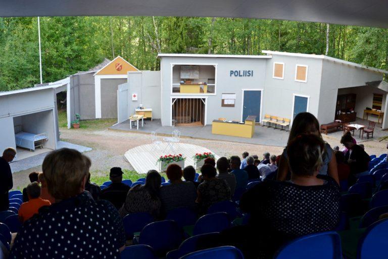 Kauhajoen kesätettarin lava, kuva otettu yleisön takaa näyttämöllä ei ole vielä näyttelijöitä, rekvisiitta esittää poliisilaitosta, ja sairaala.