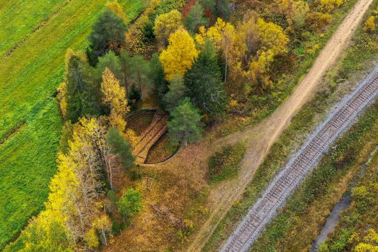 Ilmakuva Teuvalla sijaitsevasta veturin kääntöpaikasta. Kuvan keskellä pyöreän muotoinen kääntöpaikka jota ympäröi syysruskassa olevat puut. Kuvassa näkyy myös nykyistä junarataa.