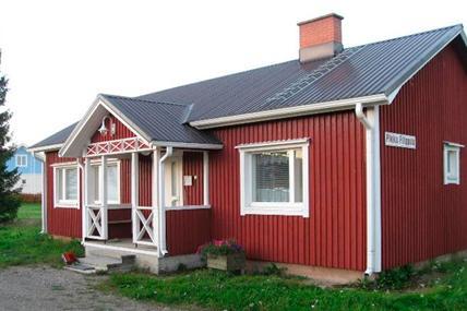 Punavalkoinen puinen talo.